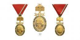 Magyar Koronás Érmek - Signum Laudis 1922-45Magyar Koronás Nagy Aranyérem kardokkal kisdekorációja, zöld-fehér szegélyezésű, vörös hadiszalagon
